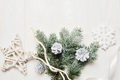 大模型圣诞节分支或新年框架构成与空间您的文本的 在白色木的圣诞节装饰 免版税库存照片