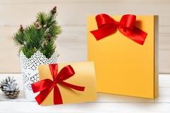 大模型圣诞节包裹和信件与一把红色弓与地方您的文本的 库存照片