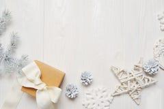 大模型圣诞节或新年框架构成与空间您的文本的 在白色木的圣诞节装饰 库存图片