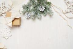 大模型圣诞节或新年框架构成与空间您的文本的 在白色木的圣诞节装饰 免版税库存照片