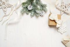大模型圣诞节或新年框架构成与空间您的文本的 在白色木的圣诞节装饰 免版税库存图片