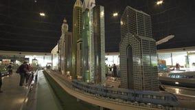 大模型在摩天大楼附近的迪拜地铁的陈列由乐高制成在Miniland Legoland编结在迪拜公园和手段 影视素材