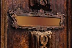 大模型是在的一种空的木年迈的片剂雕刻与一个老桃花心木门的样式 老式葡萄酒框架 免版税库存照片