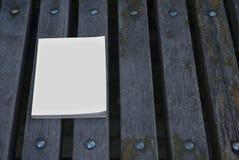 大模型杂志和编目在长凳 免版税图库摄影