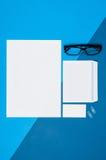 大模型空白页或杂志在五颜六色的背景顶视图 图库摄影