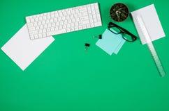 大模型空白页或杂志在五颜六色的背景顶视图 免版税库存图片