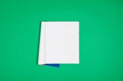 大模型空白页或杂志在五颜六色的背景顶视图 库存图片