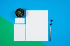 大模型空白页或杂志在五颜六色的背景顶视图 免版税库存照片
