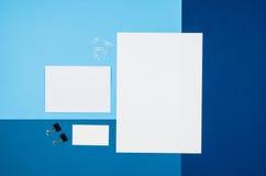 大模型空白页或杂志在五颜六色的背景顶视图 库存照片