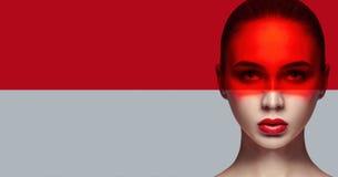 大模型纯净的完善的皮肤和自然构成,护肤,自然化妆用品 长的睫毛和大眼睛,在面孔的红色影片 免版税库存图片