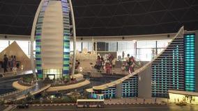 大模型Jumeirah海滩旅馆和Burj Al阿拉伯旅馆的陈列由乐高制成在Miniland Legoland编结在迪拜 影视素材