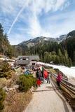 大横向山山 冷杉森林、山、天空和雪 意大利 免版税图库摄影