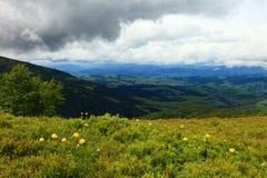 大横向山山 在山的暴风云 库存照片