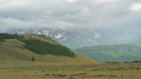 大横向山山 在雾和云彩的积雪的峰顶 自然的伟大 行动射击,位差作用 影视素材