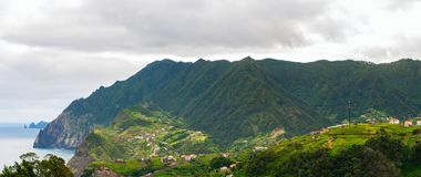 大横向山山 山和海看法路线的Vereda da Penha de Aguia,马德拉海岛,葡萄牙,欧洲 免版税库存照片