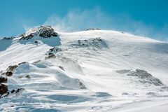 大横向山山 山的积雪的上面反对天空的 免版税图库摄影