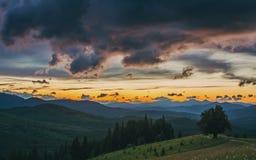 大横向山山 日落 黄昏天空 剧烈和美丽如画的晚上场面 库存图片