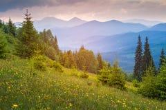 大横向山山 日落 黄昏天空 剧烈和美丽如画的晚上场面 免版税图库摄影