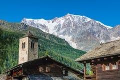 大横向山山 有杜富尔峰的阿尔卑斯和岩石壮观的东部从马库尼亚加斯塔法岛,意大利的墙壁和冰 免版税库存图片
