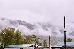 大横向山山 有薄雾的横向 多云 免版税库存图片