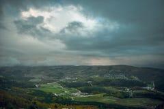 大横向山山 覆盖黑暗的严重的风暴 绿色山谷 图库摄影