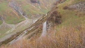 大横向山山 通过在山的路 汽车沿在山的路驾驶 路蛇纹石 股票录像
