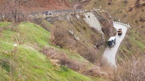 大横向山山 通过在山的路 汽车沿在山的路驾驶 路蛇纹石 影视素材