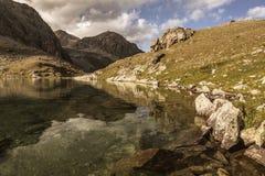 大横向山山 通过Uchkulan 高地湖 库存照片