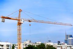 大橙色建筑用起重机在城市 免版税库存照片