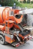 大橙色混凝土搅拌机 免版税库存图片