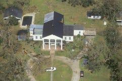 大橡树从他们的根被剥去,并且屋顶从房子被撕毁在飓风以后安德鲁段落通过Jea 库存图片