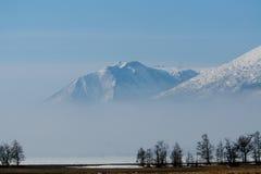 大气云彩在山附近徘徊 免版税图库摄影