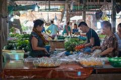 大气在泰国地方新鲜市场上,卖主和买家是 库存图片