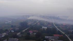 大气污染烟差异温暖 在领域,烟,对环境的损伤的灼烧的杂草 秋天时间,乡区 鸟瞰图 股票视频
