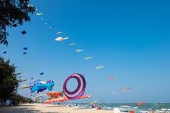 大气球鲸鱼风筝显示自己在查家是泰国国际风筝节日的海滩2017年 免版税图库摄影