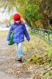 大气秋天儿童质朴的女孩一点 免版税库存照片