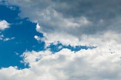 大气背景,自然臭氧,白色云彩,天空蔚蓝 免版税库存照片