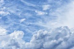 大气蓝色多云天空 蓬松云彩,巨大光 免版税库存照片
