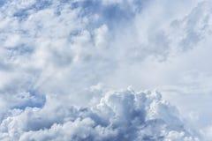 大气蓝色多云天空 蓬松云彩,巨大光 免版税图库摄影