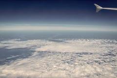 大气,统温层,空气 从平面窗口和云彩看见的天空 Cloudscape,天气,自然 旅行癖,冒险 免版税图库摄影