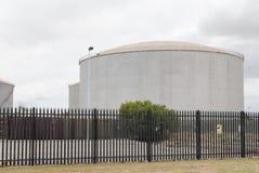 大汽油箱在一个精炼厂围场 图库摄影