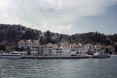 大汽艇,在欧洲边的大厦看法  库存照片