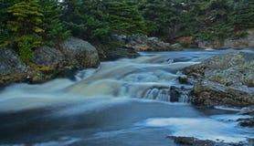 大河在Flatrock附近,纽芬兰,加拿大有薄雾的流程  免版税库存照片