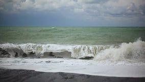 大泡沫似的波浪卷曲关于岸的慢动作 影视素材