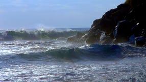 大波浪和岩石峭壁在偶象` s靠岸, Encinitas加州 库存图片
