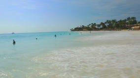 大波浪在加勒比海打破海岸绿松石海水和蓝天 股票录像