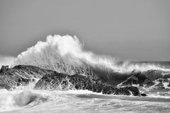 大波浪在岩石碰撞 免版税库存图片