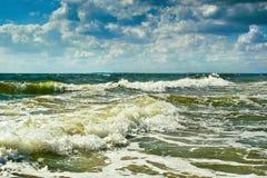 大波浪在海边 免版税库存图片