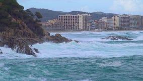 大波浪在肋前缘Brava的一有风,多云天,村庄Sant安东尼在4K的de卡隆赫,西班牙 股票视频
