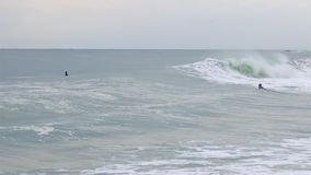 大波浪在肋前缘Brava的一有风,多云天,西班牙,村庄Sant安东尼与冲浪者的de卡隆赫, 股票视频
